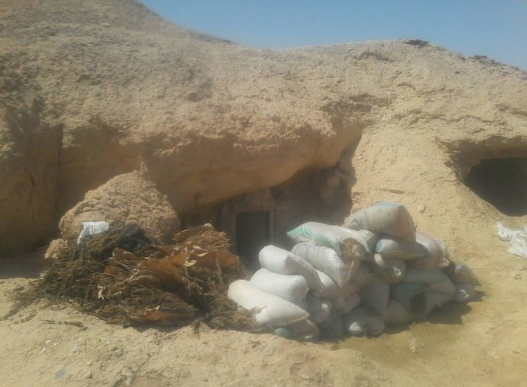 I&#39;m not saying they should join forces, but both #Egypt&#39;s @EgyArmySpox &amp; #ISIS sharing photos of counter-drug-smuggling ops in #Sinai...<br>http://pic.twitter.com/0Q10kj6C55