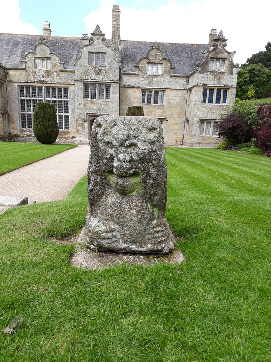 @CuratorialCats Love this happy looking stone lion @nationaltrust Trerice, Cornwall #MewseumMonday