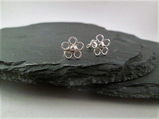 https://www. etsy.com/uk/listing/514 996219 &nbsp; …  pretty flower stud earrings. Handmade .#elevenseshour #spdc #sbutd #FlockBN #atsocialmediart #eshopsuk #etsyseller <br>http://pic.twitter.com/ounF42ARdj