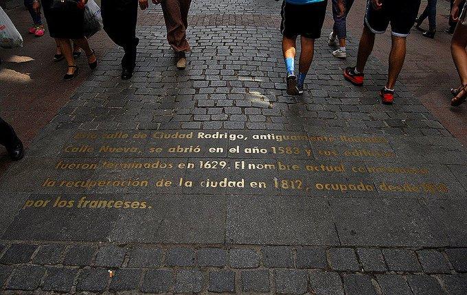 En Madrid, hay calles que te cuentan su historia, como esta de la calle Ciudad Rodrigo, junto a la Plaza Mayor