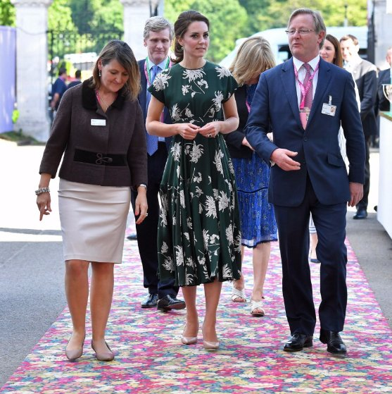 The Duchess of Cambridge joined dozens of well-known figures at #ChelseaFlowerShow2017 today http://www.telegraph.co.uk/gardening/chelsea-flower-show/chelsea-flower-show-2017-royals-celebrities-view-gardens-pictures/ …