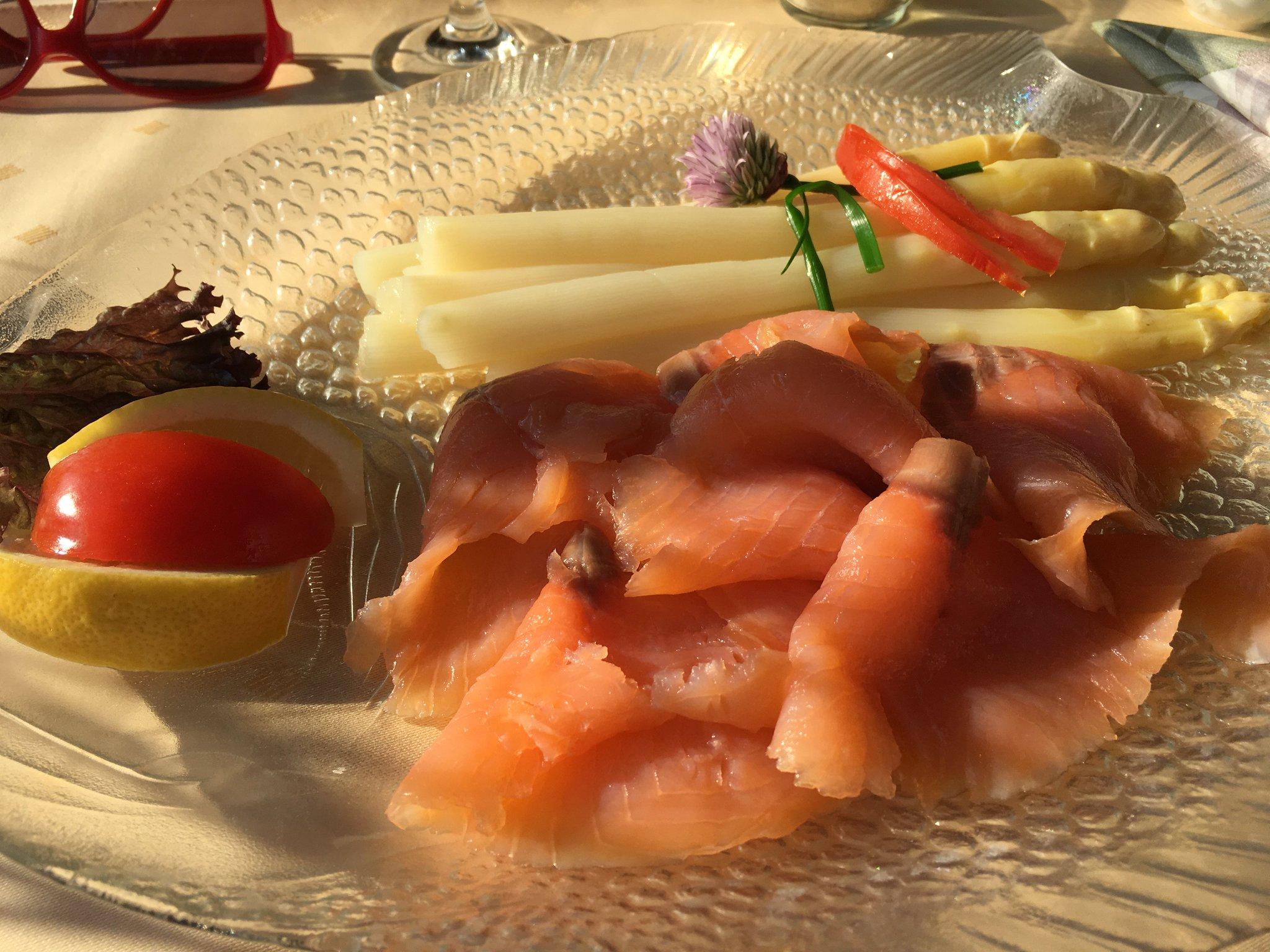 Abendessen. Mal kein Fisch. Sondern Spargel. Aber mit Fisch! #meurers #strandliebe https://t.co/ogQN89hFzn
