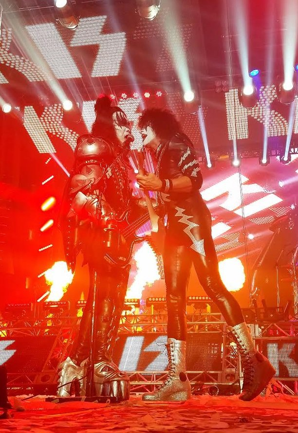RT tommy_thayer : RT KISSOnline: #KISSWORLD2017 tommy_thayer &amp; genesimmons during last night&#39;s show finale in #Vie…  https:// twitter.com/tommy_thayer/s tatus/866792056487858176 &nbsp; … )<br>http://pic.twitter.com/mVt4tuJlgY