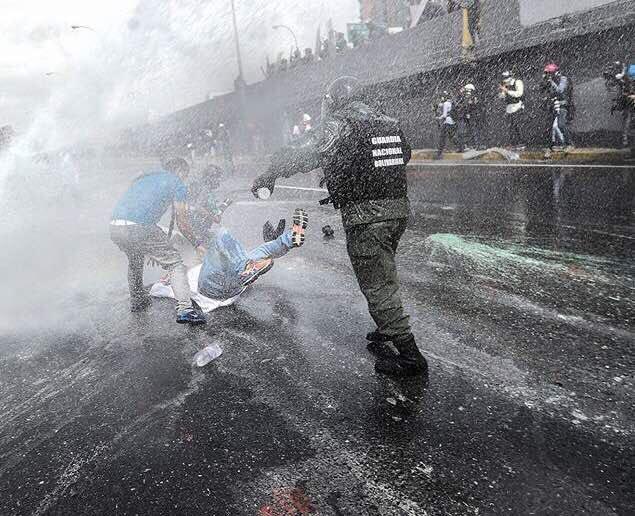 Solo una dictadura que quiere que sigan muriendo venezolanos sin medicinas, manda a los verdes (GNB) a empuñar sus armas contra los médicos