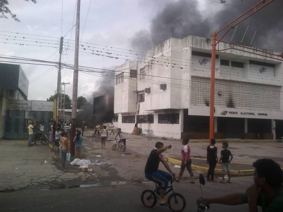 ÚLTIMA HORA | Reportan quema de la sede del CNE en Barinas y otras ins...