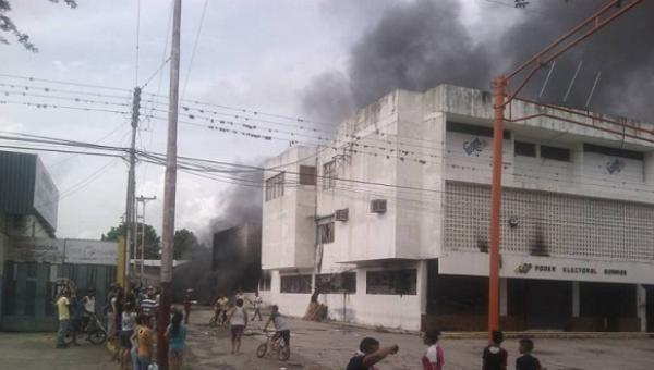 Quemaron sede del Consejo Nacional Electoral en Barinas https://t.co/R...