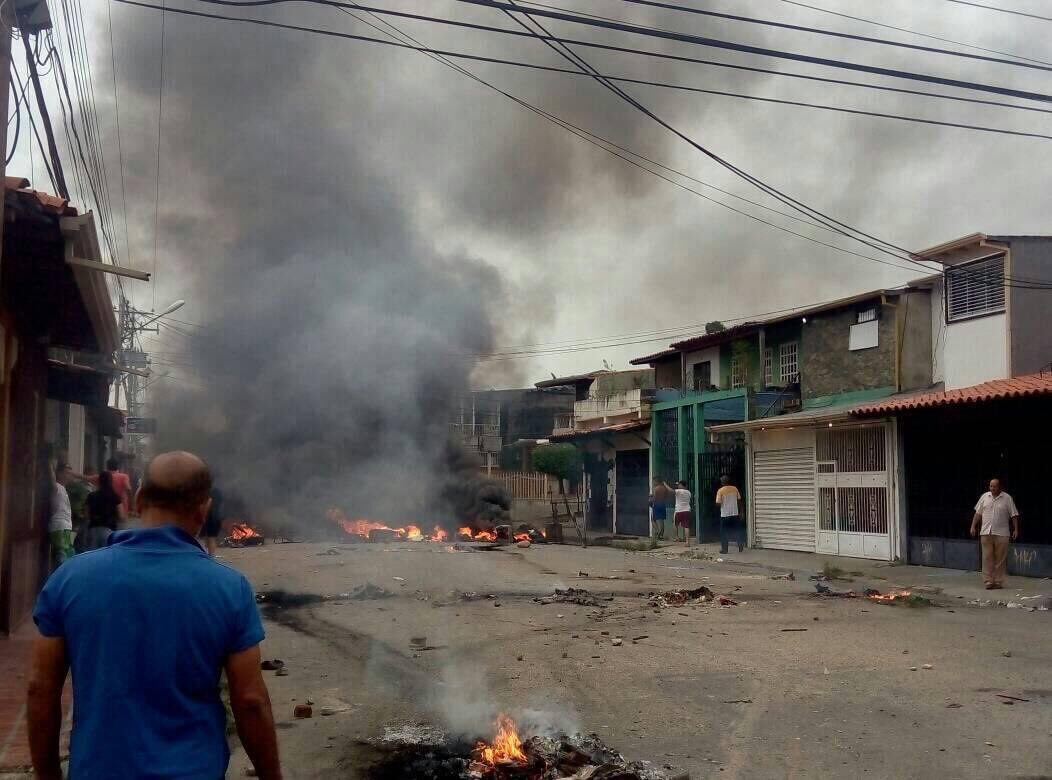 Hugo Chavez hometown in Barinas is on fire, protestors burned down the house he was born and raised. #Venezuela #ThisIsVzla<br>http://pic.twitter.com/o5MjalOp72