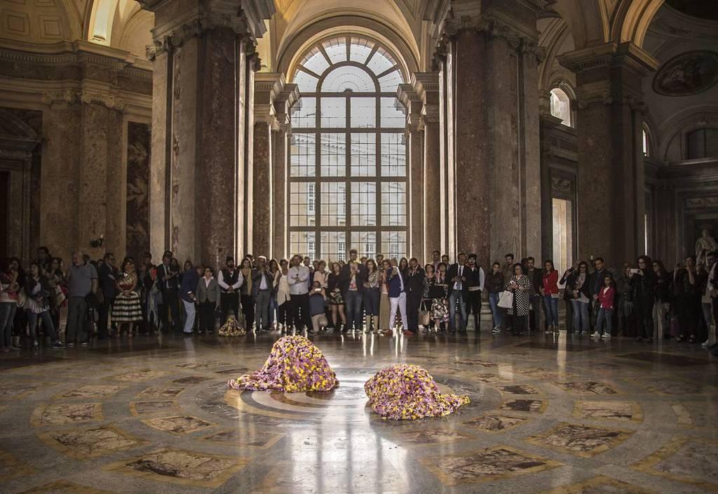 #vincigalesi #laterradeifiori #performance #reggiadicaserta photo by #alessandrozangirolami #aa29gallery https://t.co/7iRdxXPQ3e