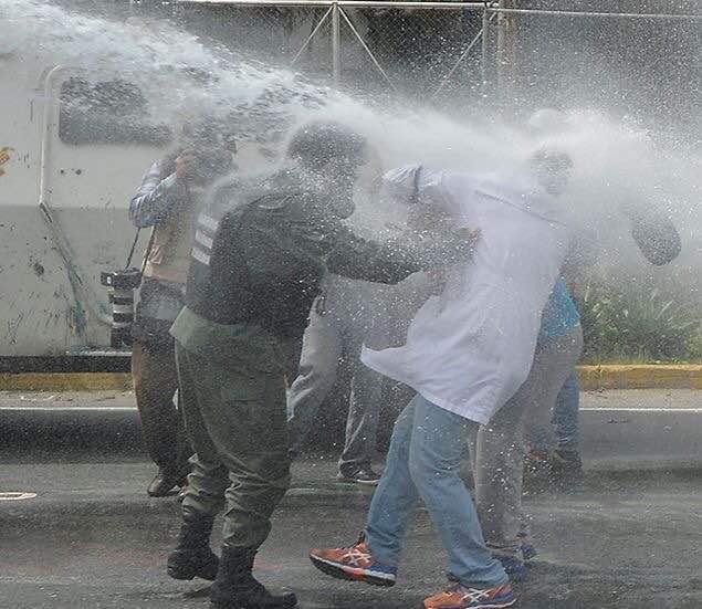 ASI reprime un gobierno COBARDE a los médicos! Somos batas contra bombas!! YA BASTA de represión!! #PorLaSaludYLaVida foto: @ReutersVzla