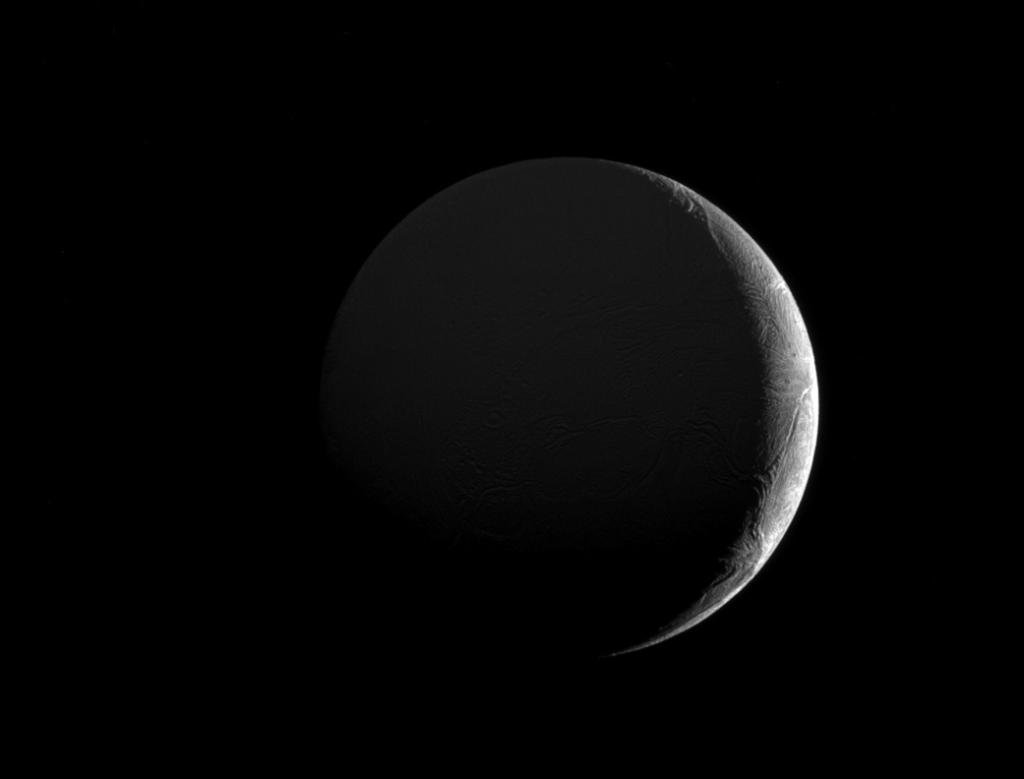 Sunlight along the slim crescent of Saturn's moon Enceladus highlights the fractures & furrows on its icy surface: https://t.co/RfvQejGV43