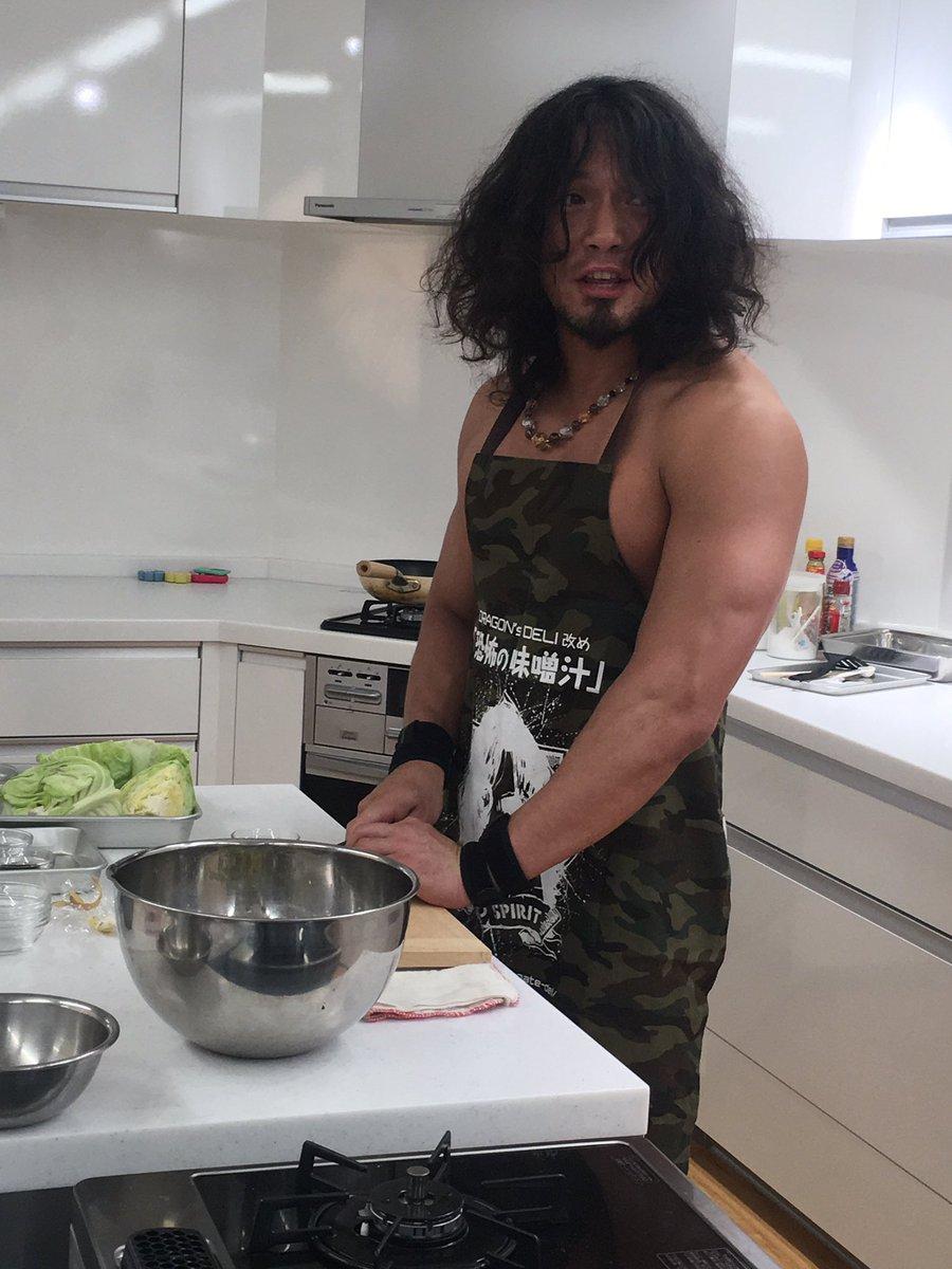 ドラゴンゲートのYAMATO選手が、レタスクラブキッチンで料理をしてくれました! 7月25日売号に掲載されますのでお楽しみに^ ^ #レタスクラブ https://t.co/KCuGAAI8od
