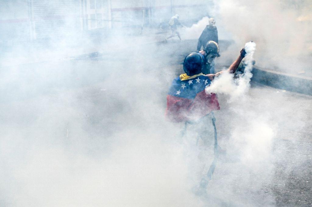 Fresh Venezuela clashes after man set alight https://t.co/H16cp9nN5E h...