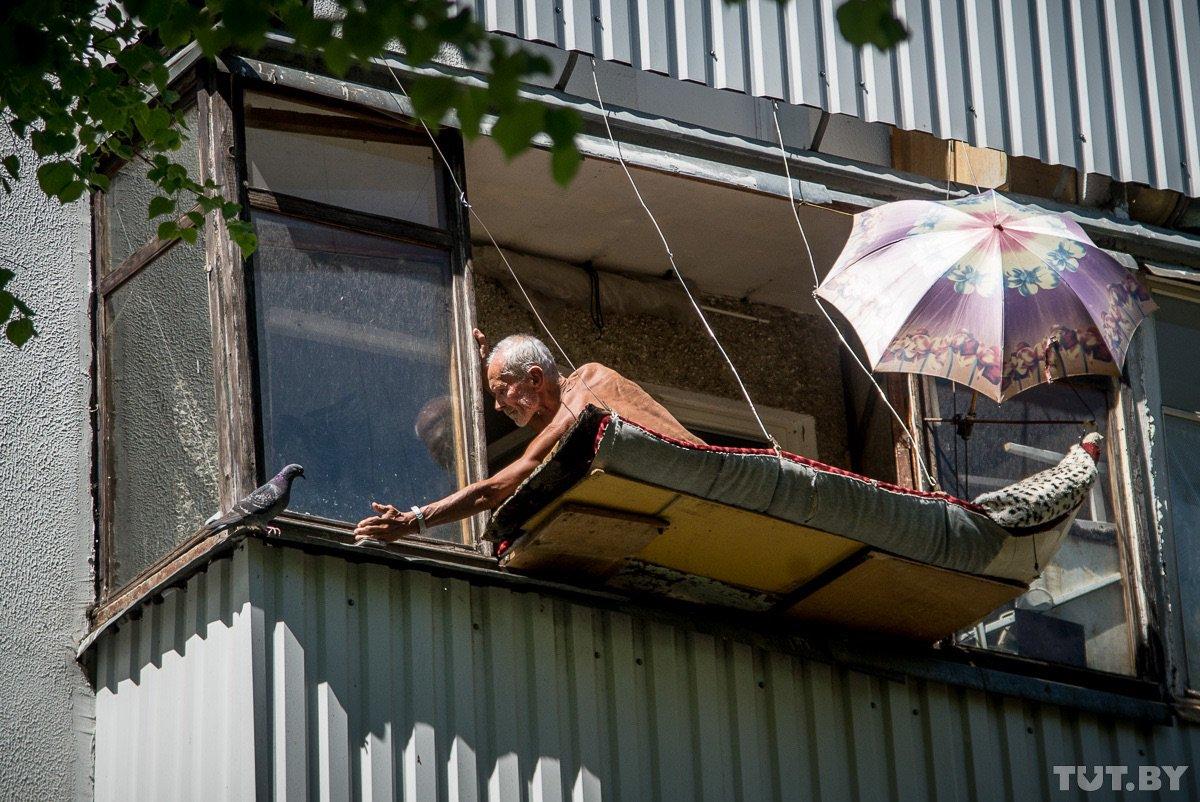Mad minsk. минчанин сделал лежак за балконом и загорает - жу.