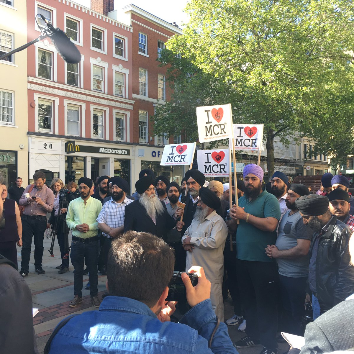 Manchester Sikh community showing their support in the city centre #ManchesterStrong https://t.co/rbRBjlKnZw