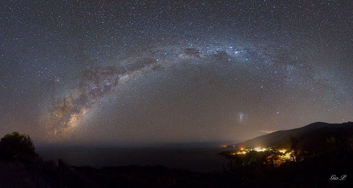 Milky way over Reunion Island (near Madagascar). buff.ly/2rFolyf