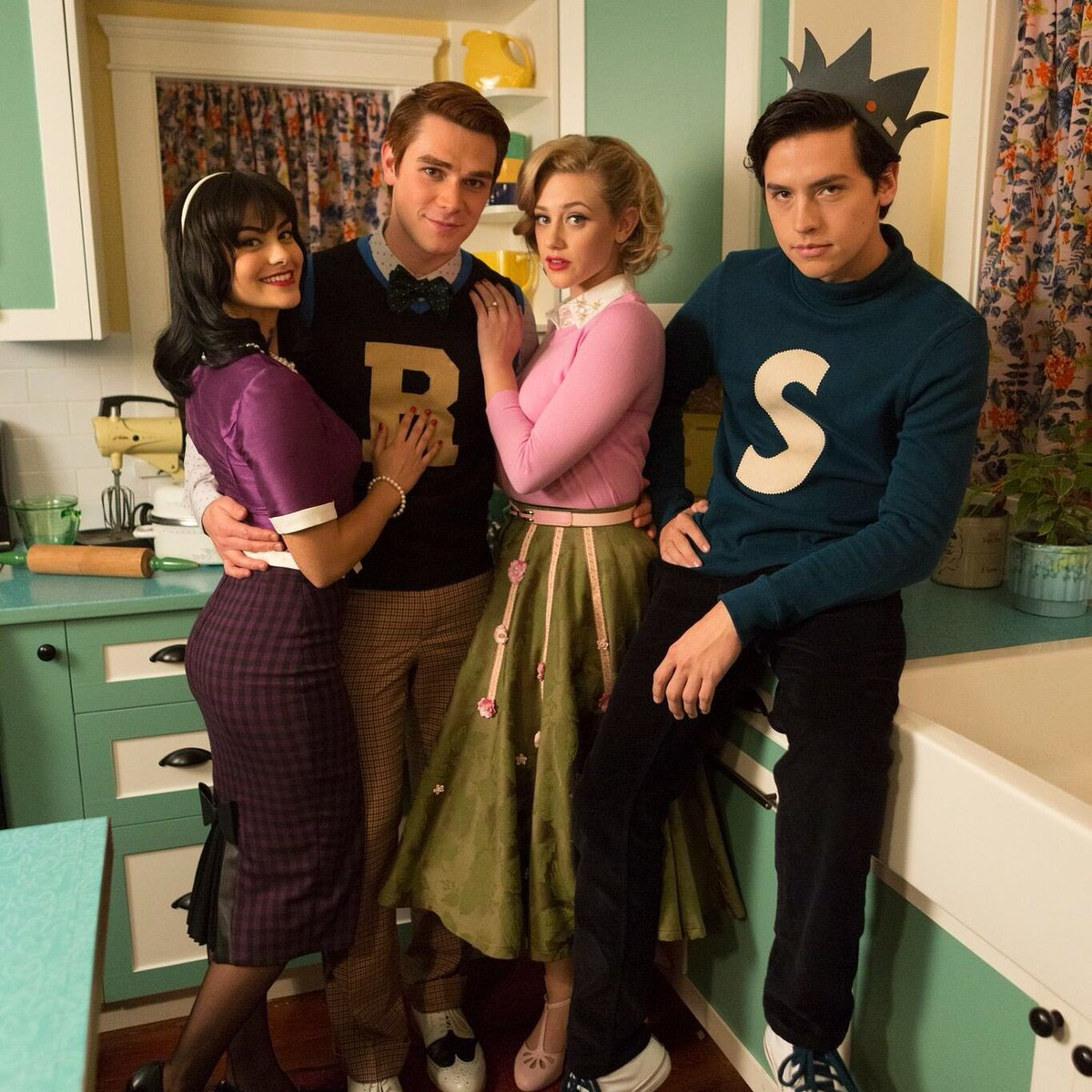The complete first season of #Riverdale is now on @netflix. Stream it now and get back to us when you watch episode 7&#39;s opener.<br>http://pic.twitter.com/R3s2cn2mE9