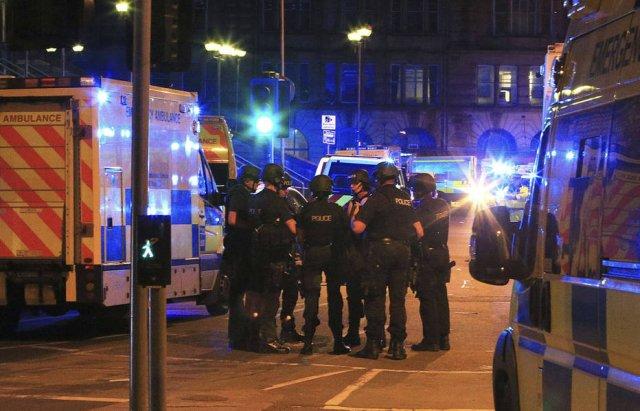 Mãe de Ariana Grande socorreu pessoas durante atentado em Manchester https://t.co/k2PSOvWUf6