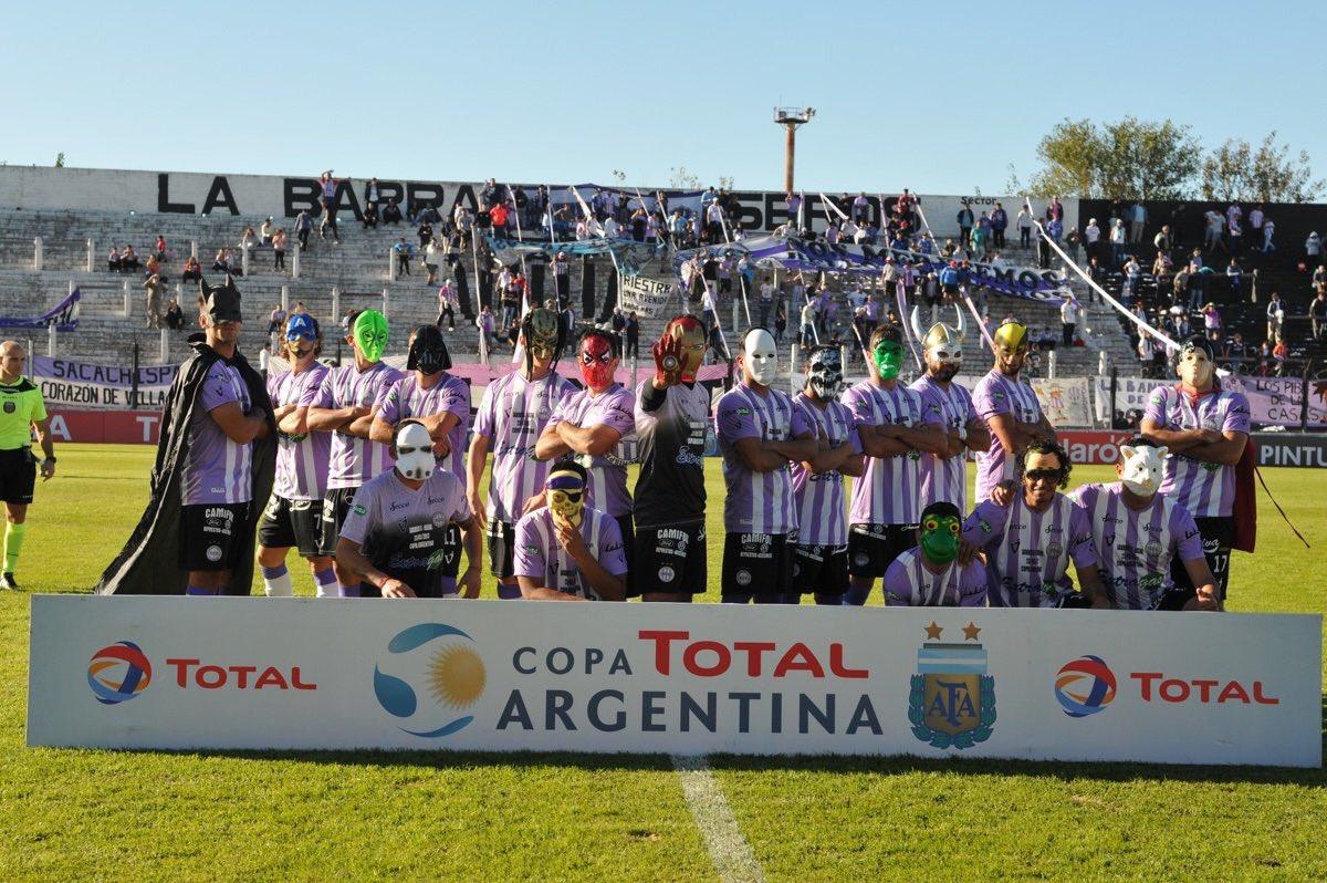 Sacachispas salió con máscaras de superheróes en la Copa Argentina