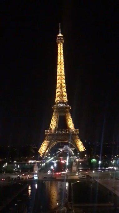 La Tour Eiffel s'est éteinte à 00H en hommage aux victimes de l'attentat de #Manchester. Via @RemyBuisine