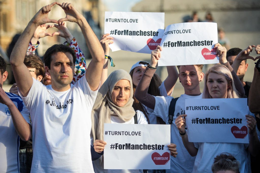 Thousands roared in defiance to terrorism at an emotional vigil honoring the Manchester attack victims ♥️💪 https://t.co/tiXsgLwaWx