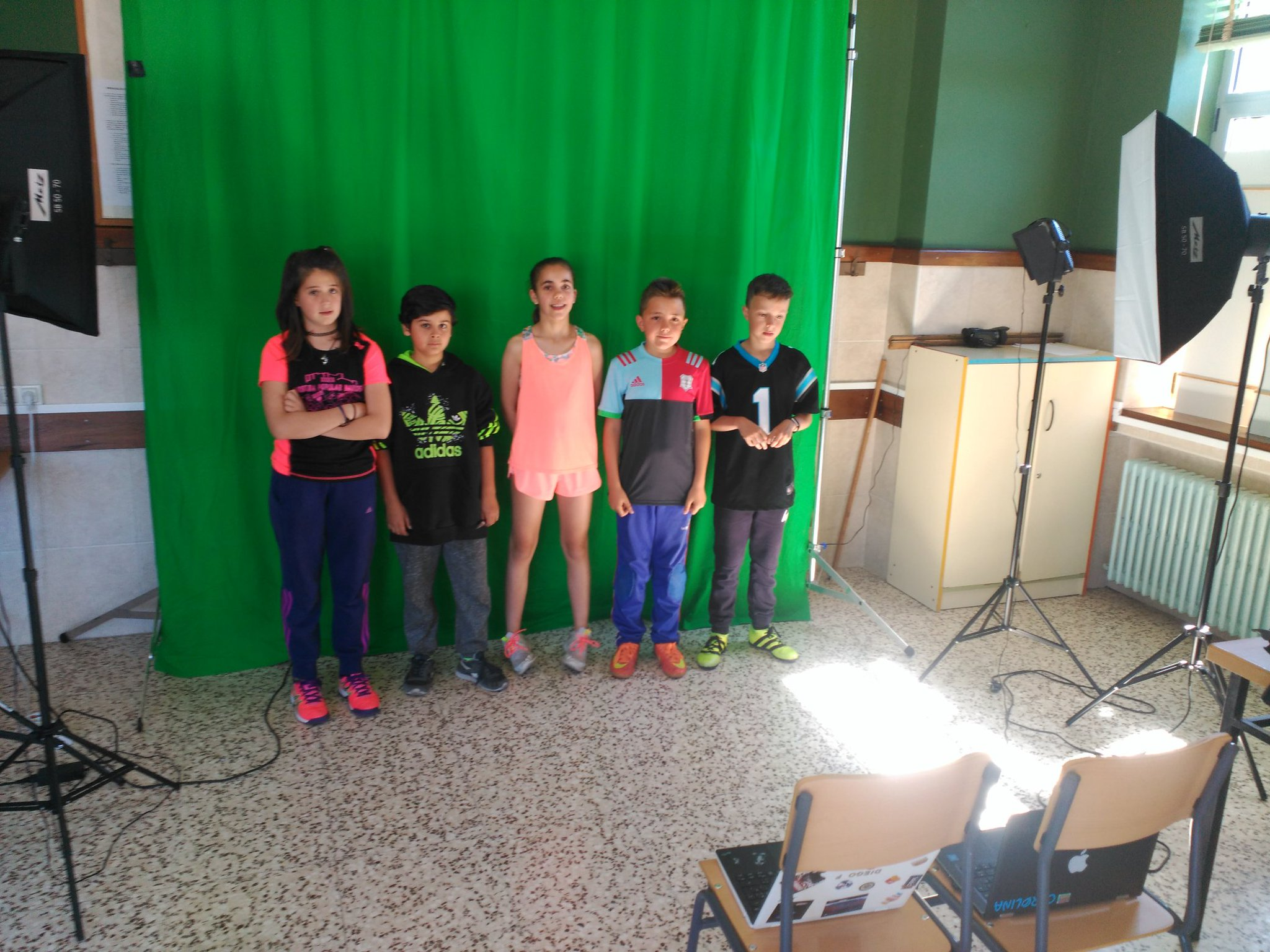 Working with the #Chroma during the exchange at @colsangregorio with @HTPDSchool  for our #etwinning project. Reporting news #etwinning_cyl https://t.co/jqYhy1YvTf