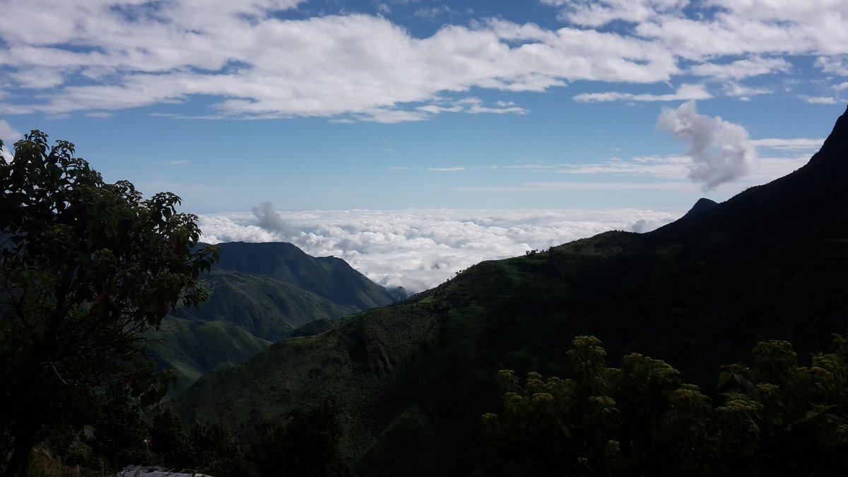 Touches the sky in #Ecuador @fenacapturec On the road from #Cuenca to #Guayaquil #AllYouNeedIsEcuador  #AllYouNeedIsAdventure<br>http://pic.twitter.com/CqLe3F3Pnz