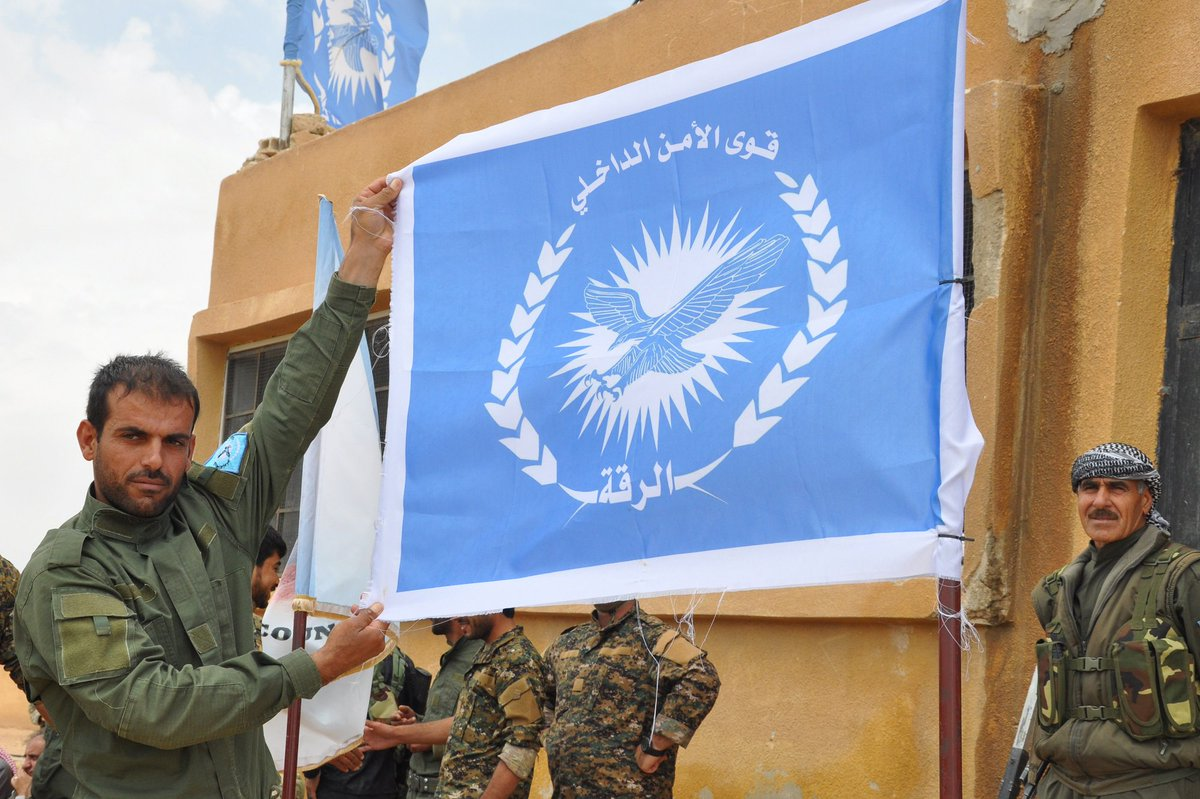 #SYRIA: First batch of police graduates that will patrol post-IS #Raqa. Trained by US &amp; Jordan. @AFP reports:  http://www. france24.com/en/20170523-an ti-coalition-trains-policemen-syrias-raqa &nbsp; … <br>http://pic.twitter.com/vVUbTqR1vE