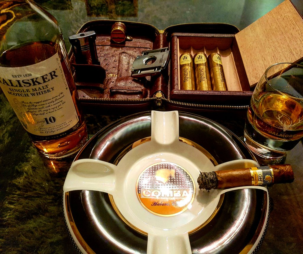 Hump day essentials sorted!! #humpday #cigars #whiskey #dupont <br>http://pic.twitter.com/NesMF94Wy2