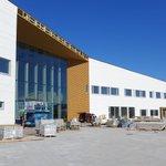 Nurmijärven uuden monitoimitalon työmaa etenee sinisen taivaan alla! 🌞 5400m2:n suuruinen rakennus valmistuu alkusyksyllä. #LINJAarkkitehdit