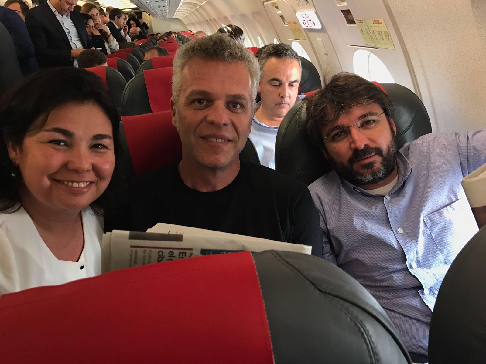 Rematando un día espectacular compartiendo avión con dos grandes  @jordievole y @AndyStalman #sageconecta @sagespain https://t.co/De0e0TjqDU