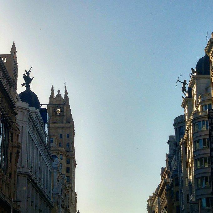 El cielo sobre la Gran Vía de Madrid con las primeras horas de luz de este miércoles