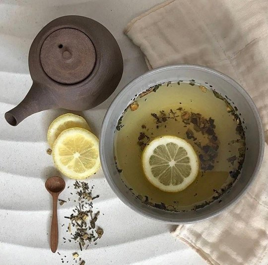 TOP TIP cleanse face - add lemon + large spoon of #AvedaComfortingTea to hot water - drape towel over head steam face for 10mins TA DA... pic.twitter.com/I8GFQnxDI8