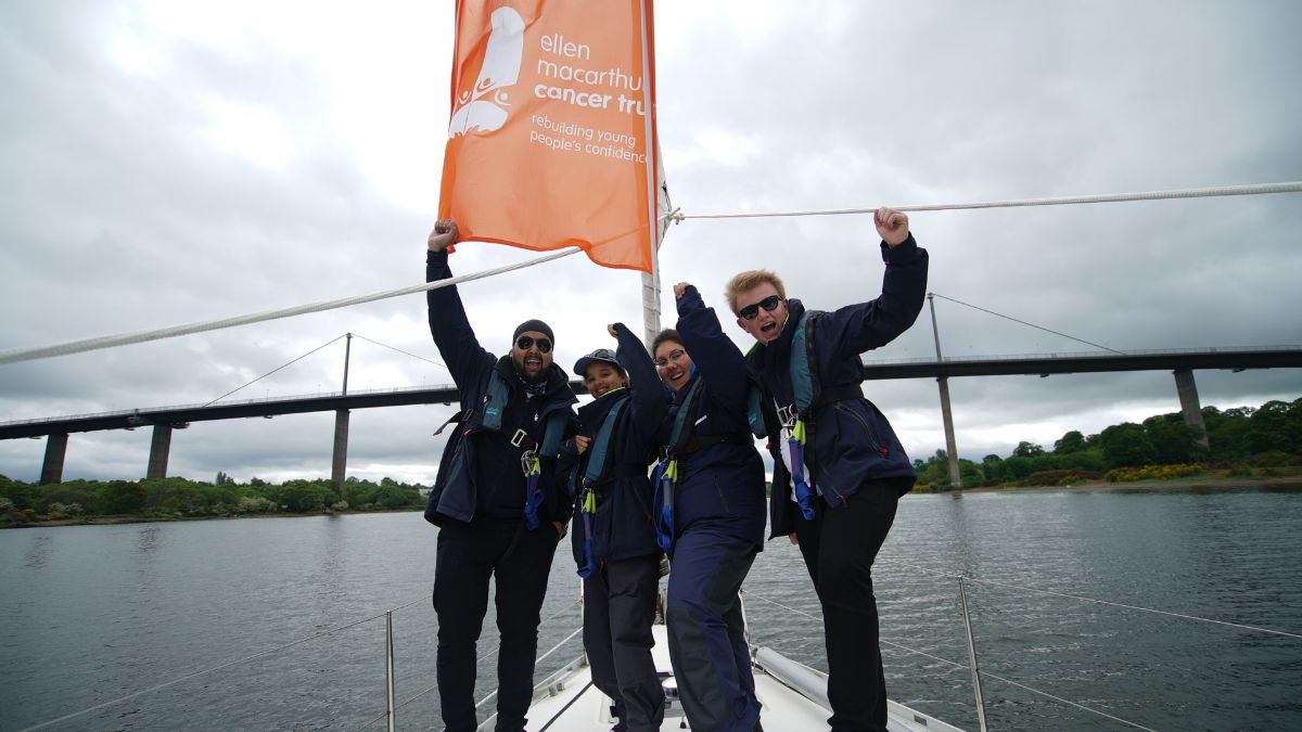 Glasgow they're coming for you! Moonspray and the #RoundBritain2017 crew have just passed under the Erskine Bridge. Look out & #Tell9People!