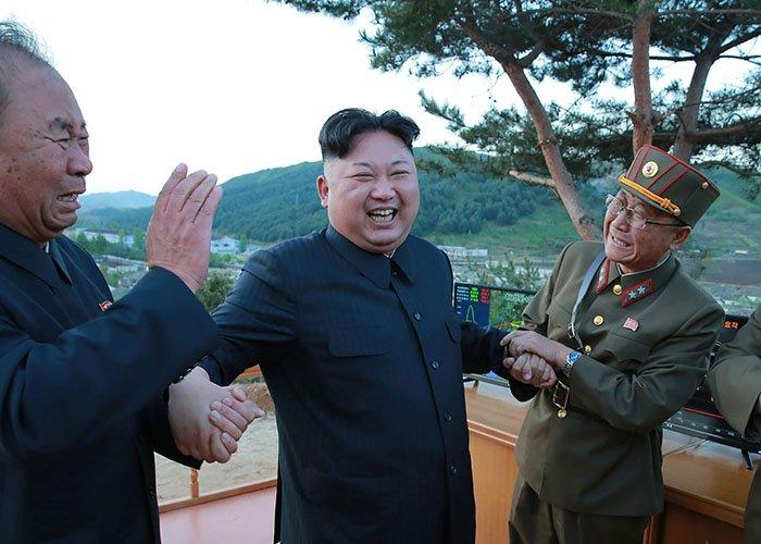 """Kim Jong-un, ce """"fou"""" qui """"n'arrête pas de sourire"""" : ce que Trump et Duterte se sont dit au téléphone >> https://t.co/e9DHiKGAYM"""