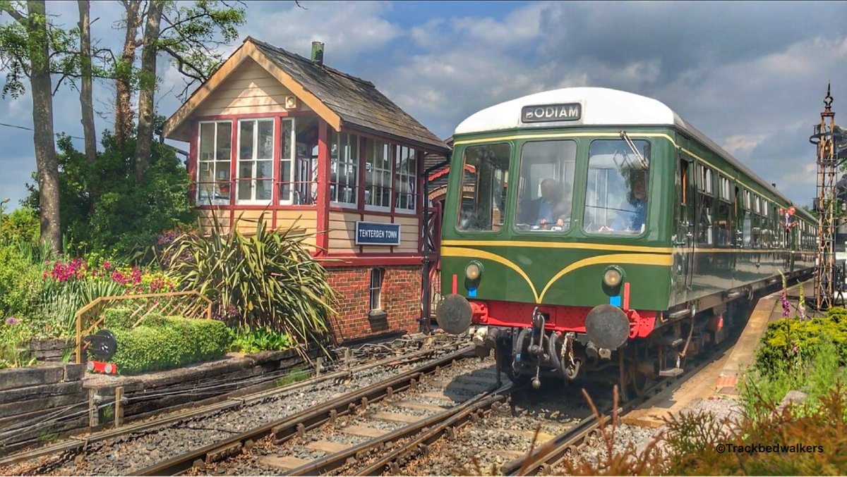 DMMU at Tenterden Town Station on Pensioners Treat day #wednesdaymotivation . Do you like the new Hedge ?  http:// tenterdentown.blogspot.co.uk/2017/05/kent-a nd-east-sussex-railway-dmu-class.html?m=1 &nbsp; … <br>http://pic.twitter.com/L1KEzfKMiU