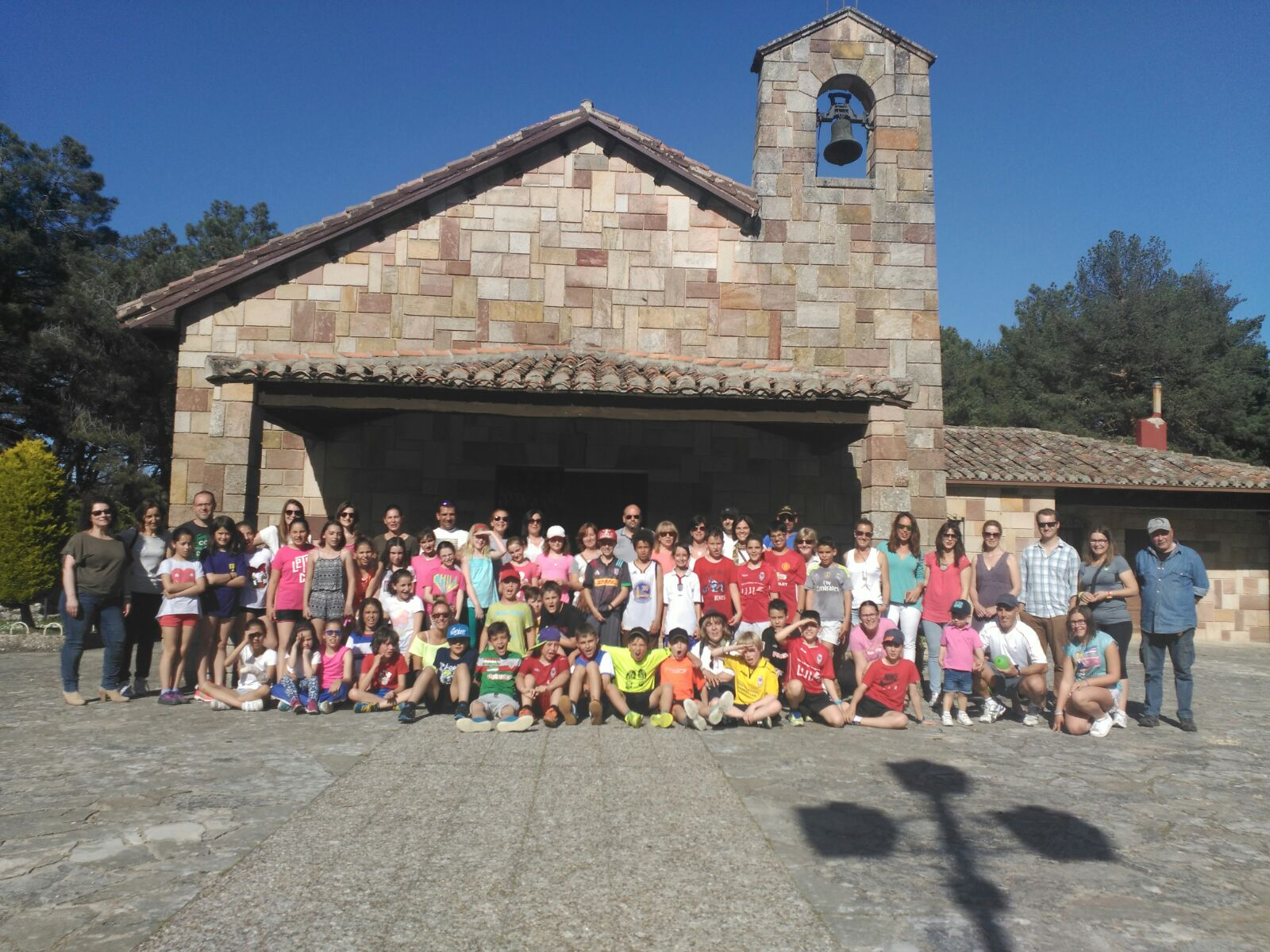 @colsangregorio & @HTPDSchool students celebrate a picnic, when the #twinpartner turns into friends #etwinning #etwinningcyl #twinmooc https://t.co/xwHXxx3QwT