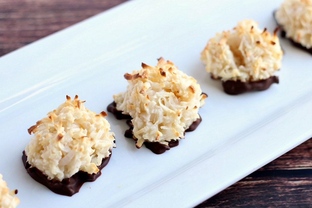So easy...so delicious!  Dark #Chocolate Dipped #Coconut #Macaroons!  RECIPE:  https:// deliciouslittlebites.com/recipe/chocola te-dipped-coconut-macaroons/ &nbsp; …  <br>http://pic.twitter.com/TmHmundRp3