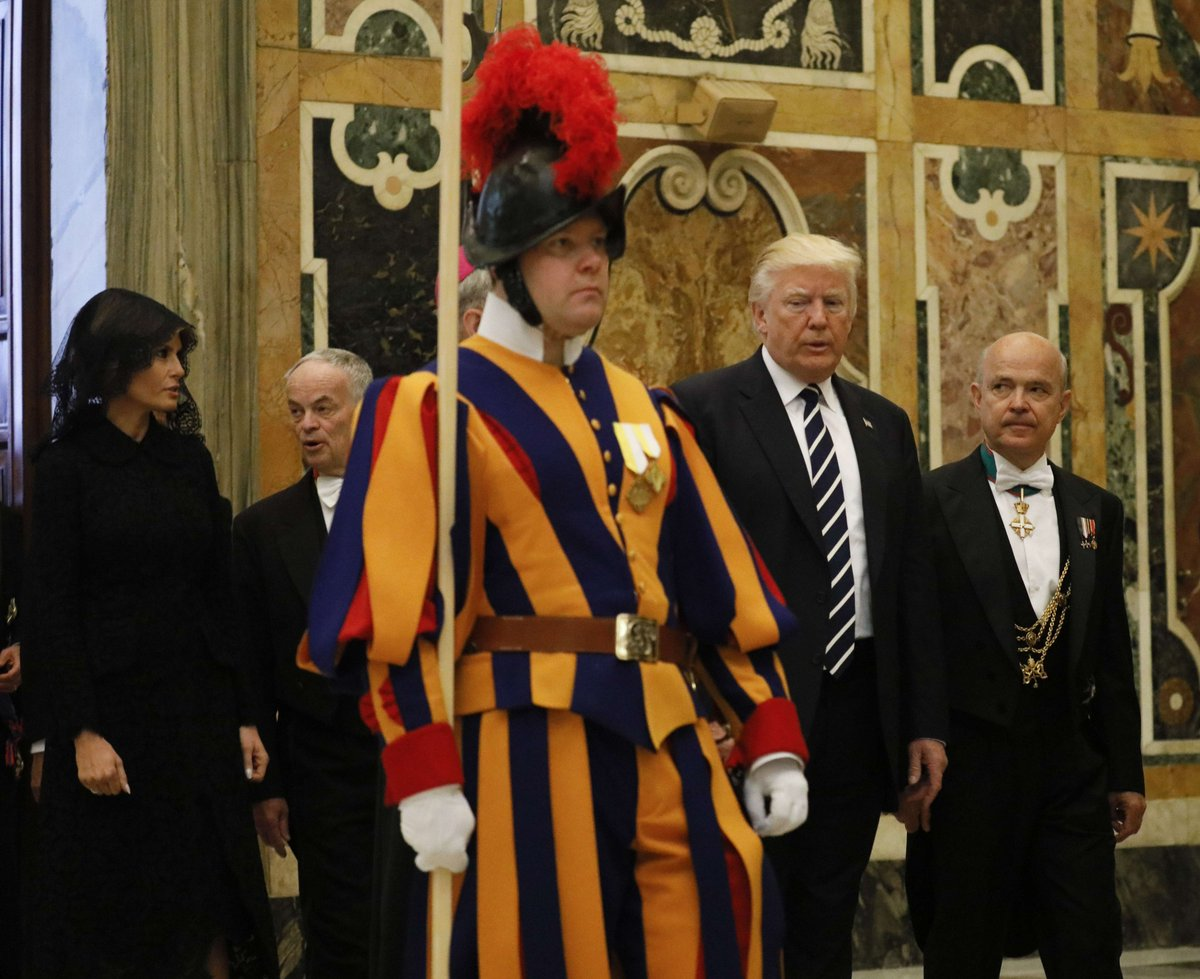 Je n'arrive pas à déterminer si Donald Trump est jaloux du costume ou s'il se dit qu'on se croirait chez Hanouna…