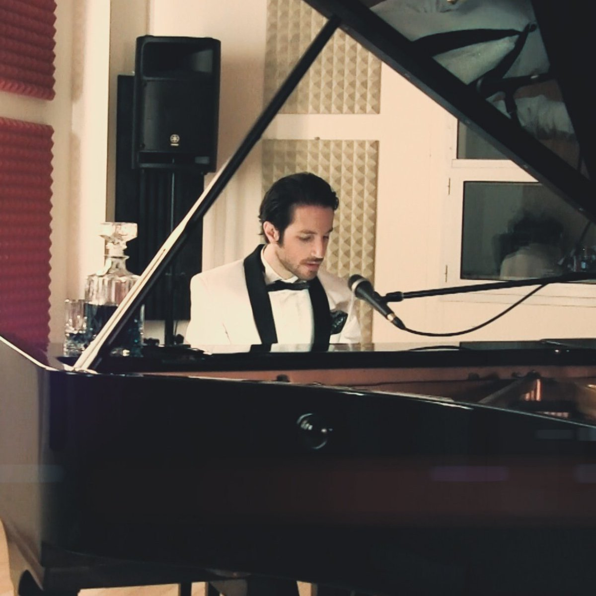 Me and my piano!  #amirhigher #pop #dance #singer #singersongwriter   https://www. youtube.com/watch?v=QsZhhQ FaHRo &nbsp; … <br>http://pic.twitter.com/lmeBCHnrvX