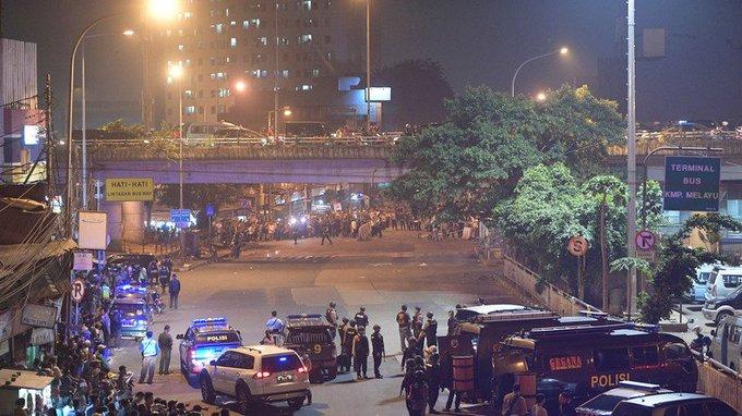 #Indonésie : trois policiers tués dans un double attentat-suicide à #Jakarta https://t.co/zAQSOUHTm5