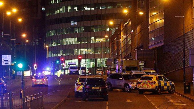 La chanteuse #ArianaGrande suspend sa tournée musicale après l'attentat à la #ManchesterArena https://t.co/nTxtSWC6Z8