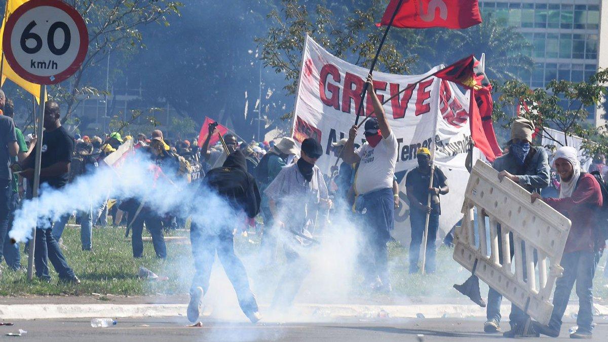 Manifestantes e policiais se enfrentam na Esplanada dos Ministérios. Confira imagens: https://t.co/j18PYXwbB5