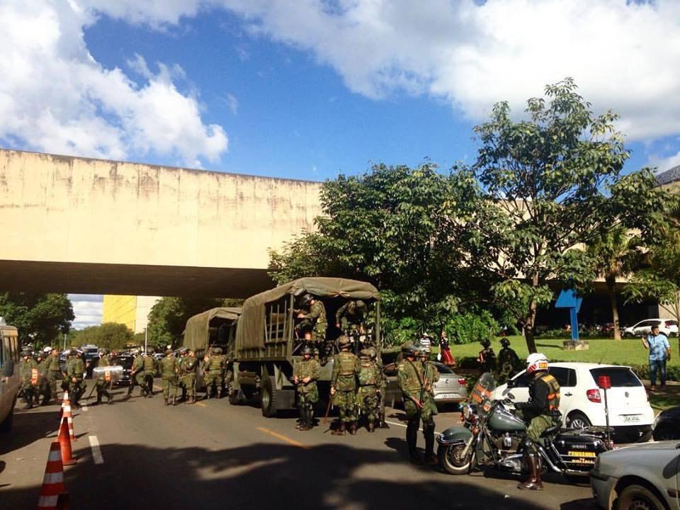Brasilia arde. Exército na rua. Jornalistas perseguidos. Editorial de apoio a Temer na mídia safada. E risco era ditadura bolivariana do PT?