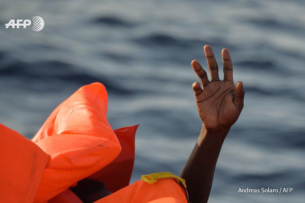 Des dizaines de migrants morts dans un nouveau drame en Méditerranée https://t.co/DiZSY5in8K par @fannycarrier #AFP