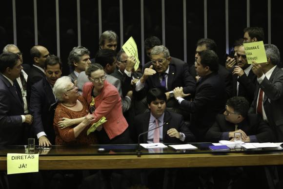 Câmara suspende sessão após protesto da oposição contra ação da PM na Esplanada. https://t.co/k4OgdngaG1 (📷 Fabio Rodrigues Pozzebom/ABr)