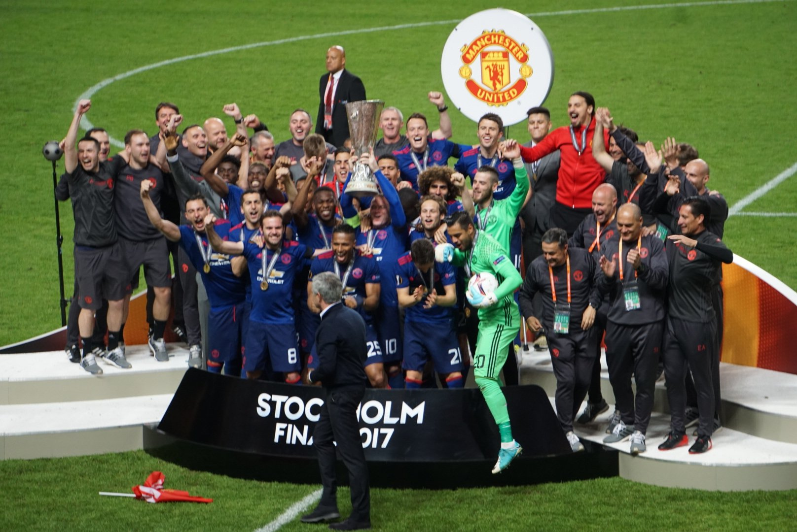 Manchester United celebrates with the trophy; photo: UEFA