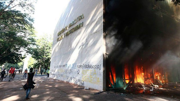 #Brésil : des manifestants déclenchent un incendie au ministère de l'Agriculture, l'armée déployée https://t.co/bB6WVrp9at