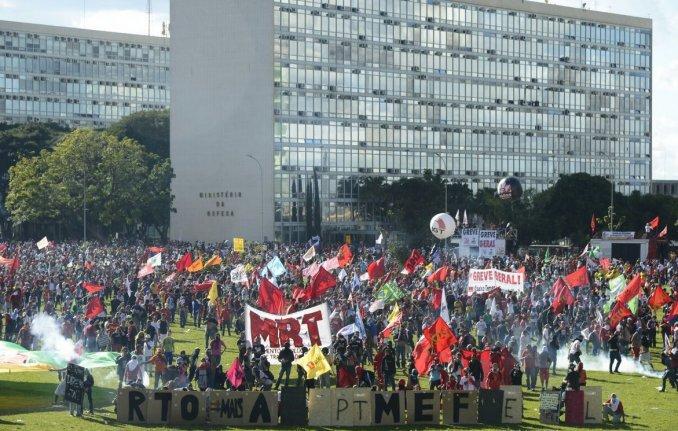 Brasil: incendiaron el Ministerio de Agricultura https://t.co/0C4b8oi8S6
