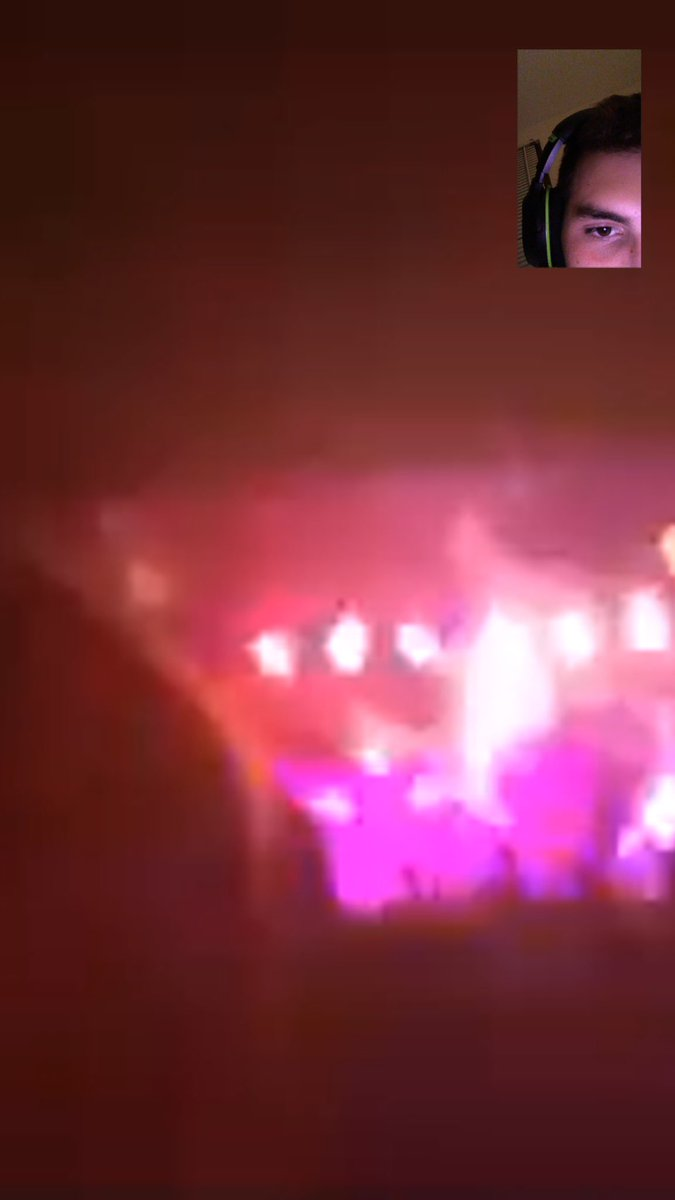 FaceTiming @cakeIand while she&#39;s at the #TravisScott concert cause I couldn&#39;t go <br>http://pic.twitter.com/u17iGcfg24