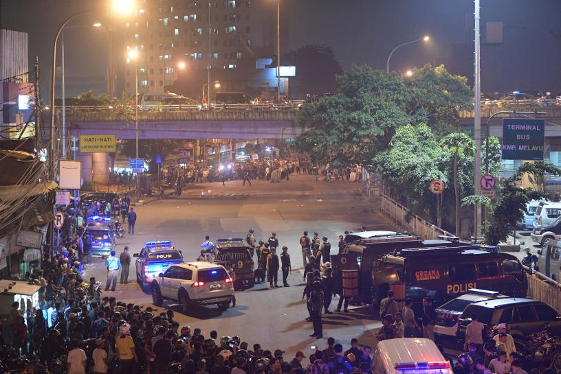 Suspected suicide bombers kill 3 police officers, wound 10 in Jakarta https://t.co/gs0TDhMz4F
